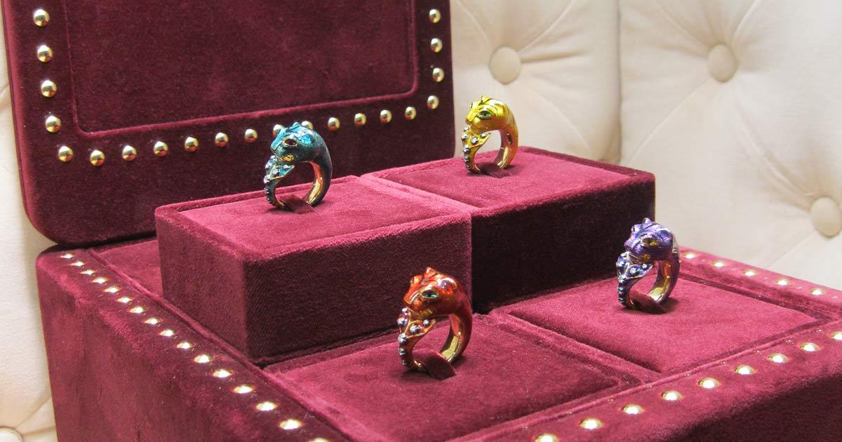 Gucci setzt einmal mehr auf Extravaganz – wie diese farbenfrohen Ringe beweisen.