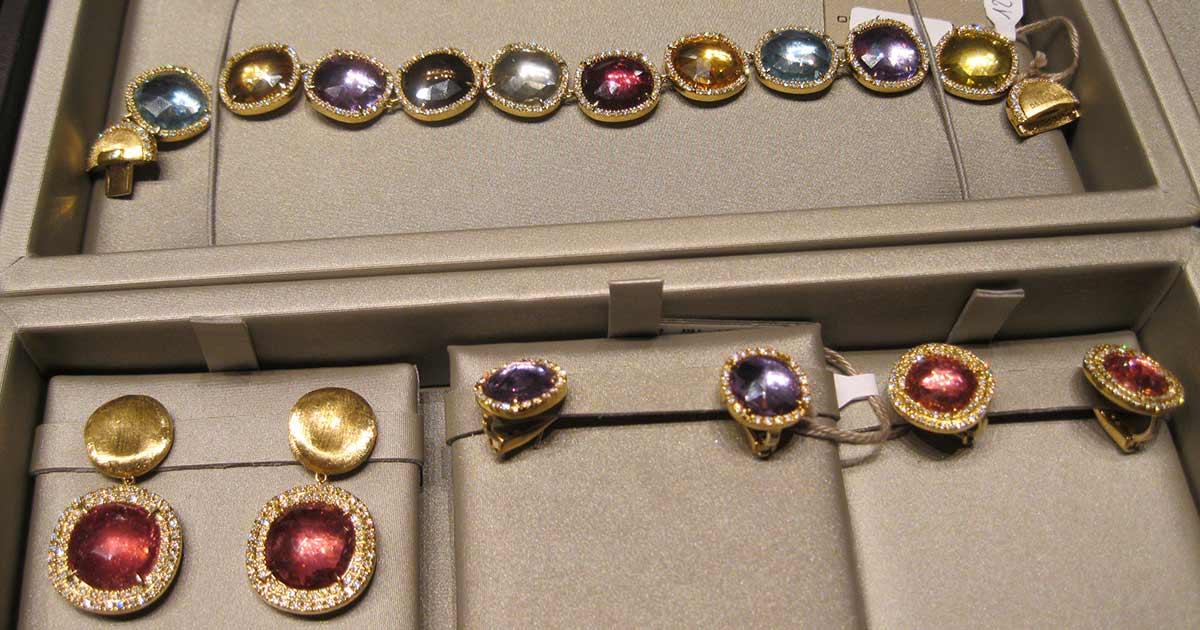 ... Und das Ergebnis kann sich durchaus sehen lassen. Farbsteine und Diamanten sind große Themen für das italienische Label für kommendes Jahr.