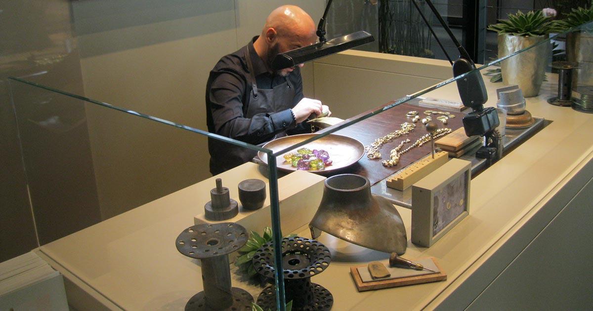 Bei Marco Bicego gibt es viel zu sehen. Nicht nur die neuen Schmuckstücke, sondern Besucher können auch live zusehen, wie diese entstehen ...