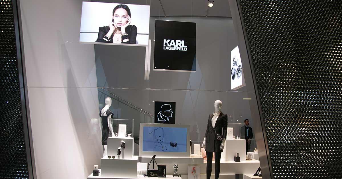 In Karl we trust – dachte sich Swarovski und kooperiert mit dem legendären Modeschöpfer. Die Kooperation war ein großes Thema in Basel – und wurde dementsprechend präsentiert.