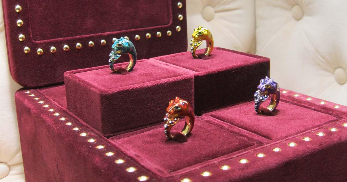 Farbenprächtig zeigt Gucci Ringe mit Tigerköpfen.