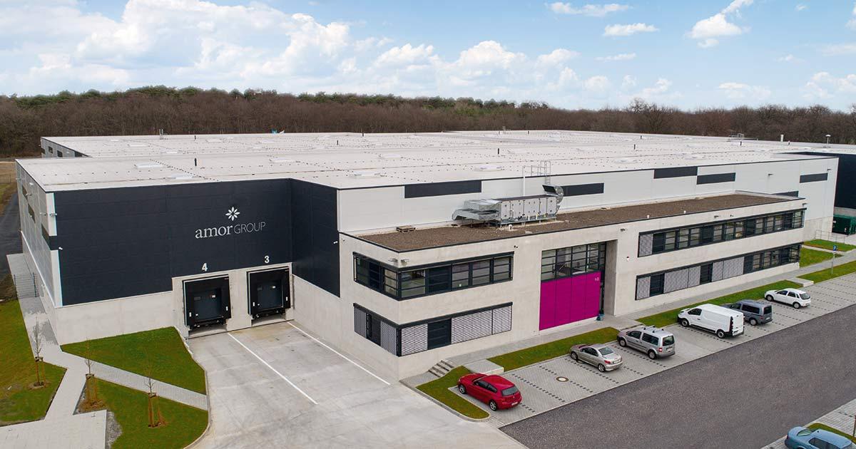 Im neuen Logistikzentrum von Amor sind nun alle Abläufe, wie das Hauptlager, der Wareneingang und Retouren unter einem Dach gebündelt.