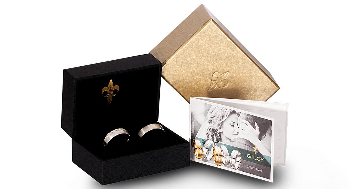 Das tiefe Schwarz der Giloy-Ringbox lässt die Diamanten ganz besonders strahlen! Ganz im Zeichen der Lilie, dem Markenzeichen der Manufaktur aus Idar-Oberstein.