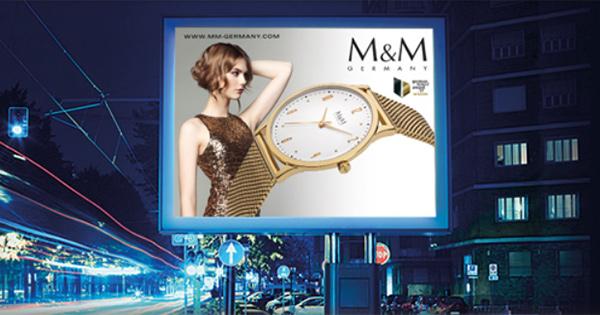 Exklusiv für den kommenden Jahresendspurt können M&M Germany-Partner mit einem Großflächenplakat der Marke für Aufmerksamkeit und Frequenz im Geschäft sorgen.