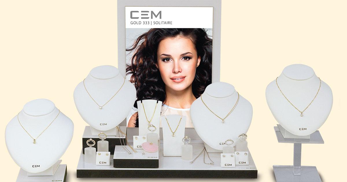 Gold-Basics werden wieder stärker nachgefragt. Dieses Deko-Paket von Engelkemper, CEM 333 Solitaire mit Zirkonia (UVP 59,90 bis 159 Euro), erleichtert dem Juwelier das Verkaufen.