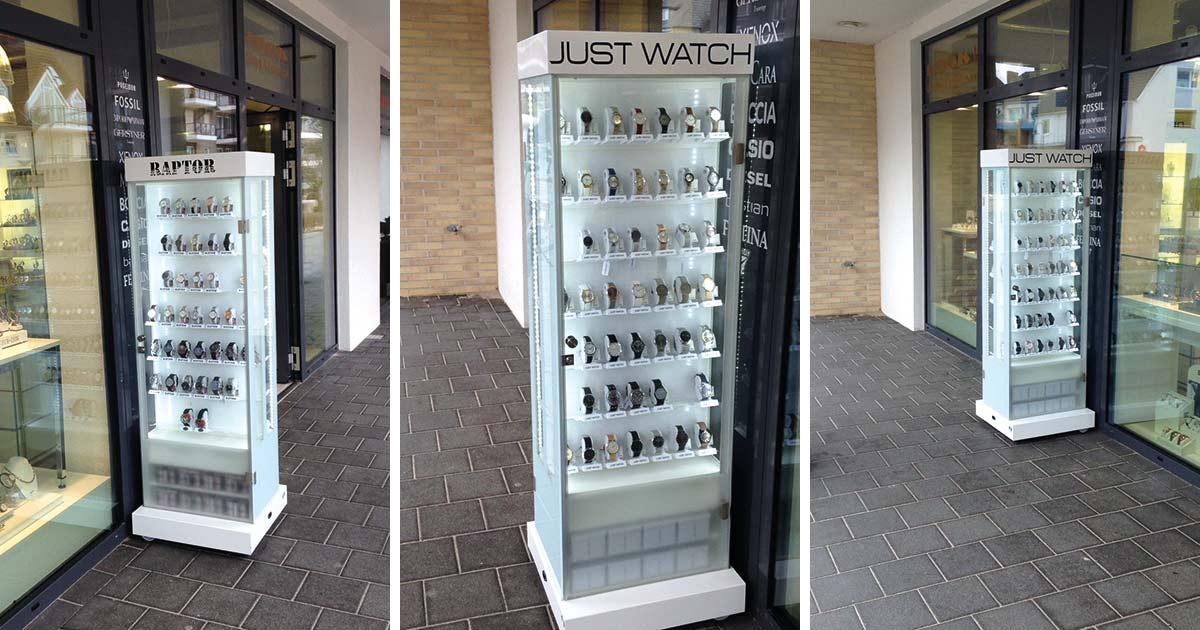 Die Außenvitrine von Unique Time ist bei Juwelier Volker Schmidt so erfolgreich, dass er sie nach Heiligenhafen und Fehmarn nun auch in Scharbeutz zum Einsatz bringt. Die Messlatte liegt hoch, mindestens 300 Uhren sollen es mit der neuen Vitrine pro Jahr werden.