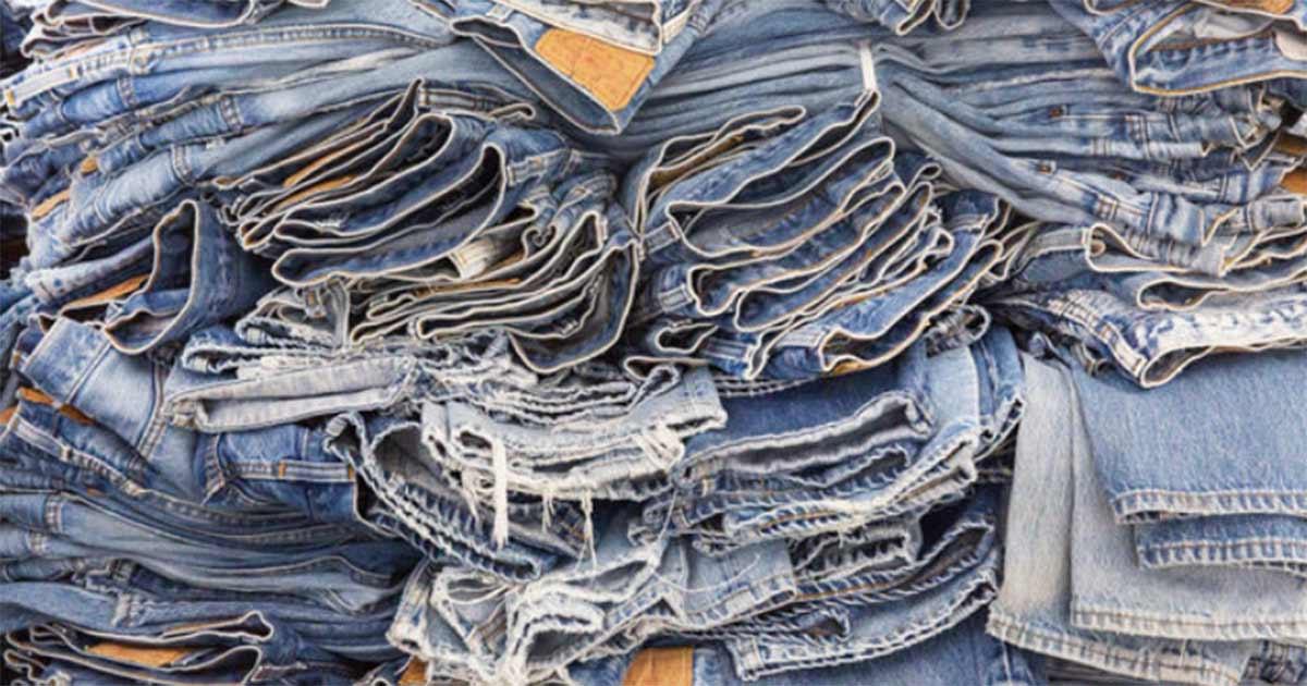 Jede Vintage-Jeans wurde von Hand verändert, um mit moderner Silhouette zu einem einzigartigen Produkt zu werden.