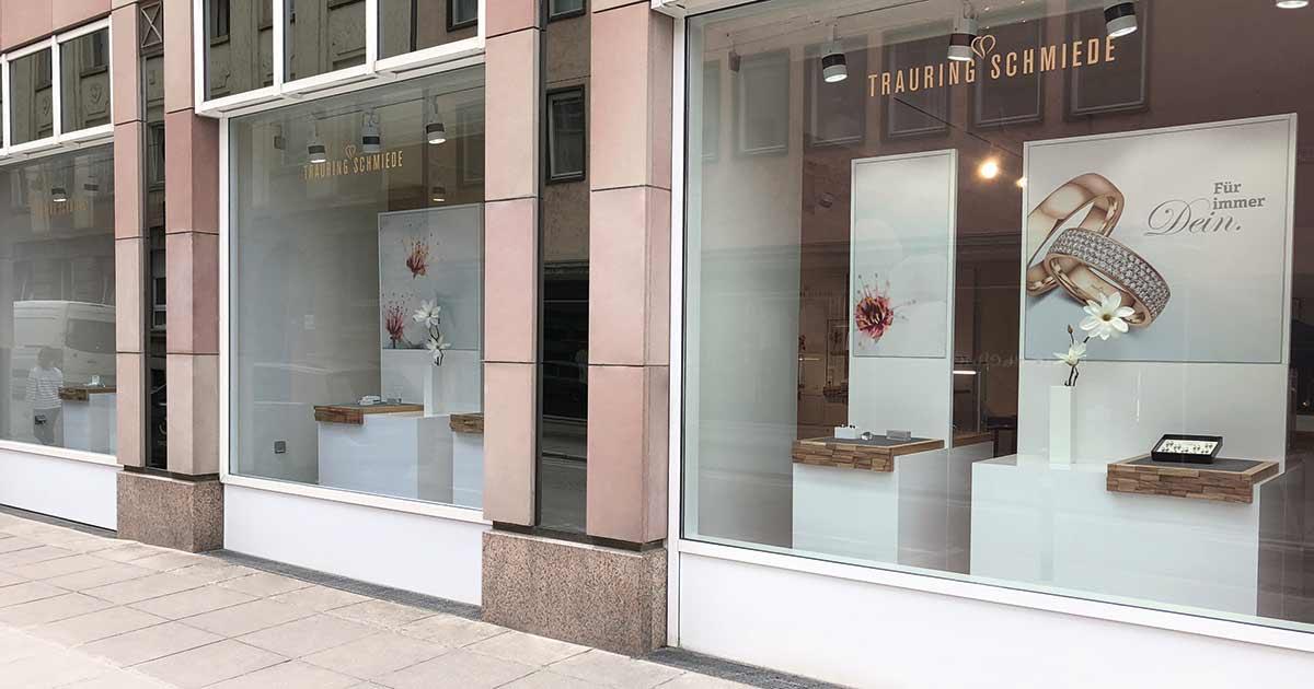 Aufgeräumt: Die Schaufenster des neuen Geschäftes sind hochwertig gestaltet und zeigen wenig Ware.
