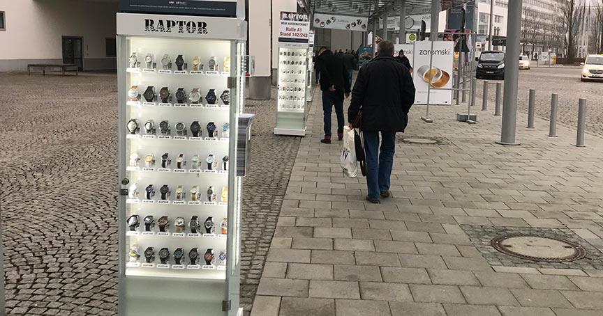 Kunden von Unique Time, die die Außenvitrine im Einsatz haben, verkaufen im Schnitt 300 Uhren im Jahr.
