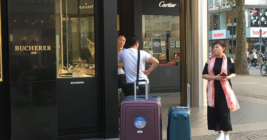 Ein Plus in 2019 machen europäische Uhrenverkäufer laut Analystenmeinung nur, wenn die Chinesischen Touristen kaufen, wie hier in Frankfurt.