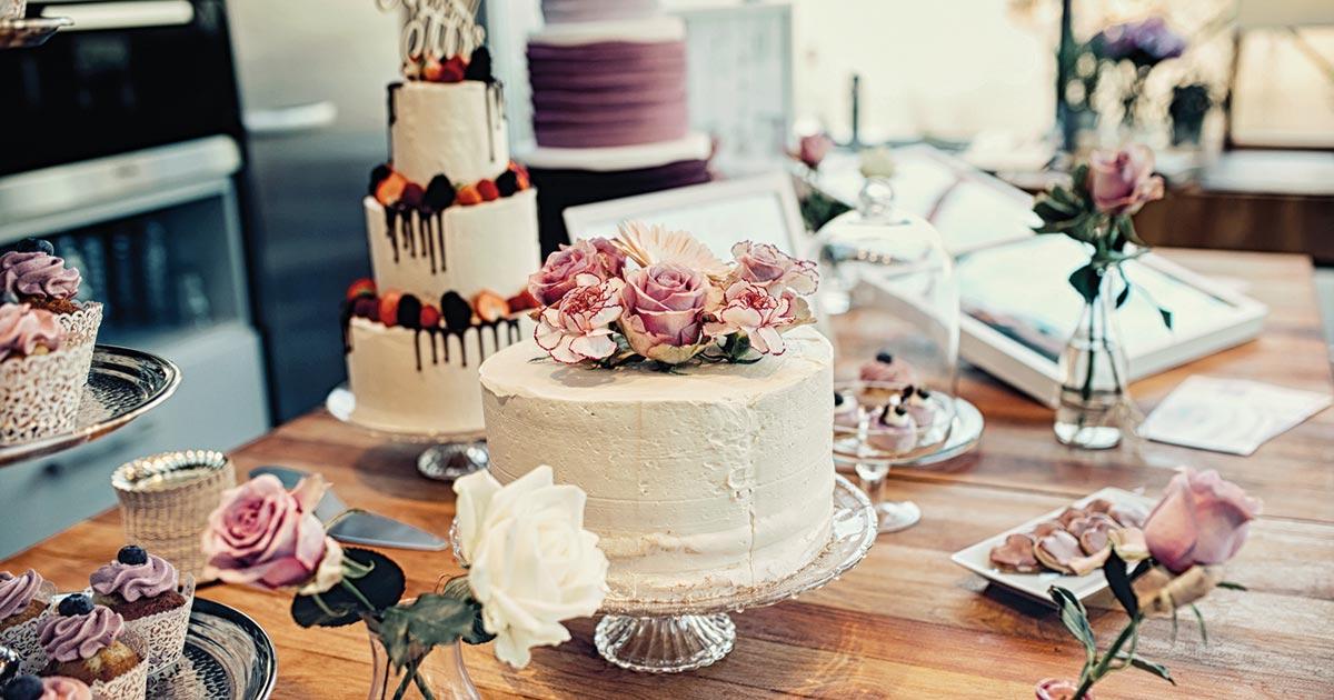 Natürlich darf die Hochzeitstorte auf keiner Hochzeit fehlen. Die Konditorei Billstein zeigte, was alles möglich ist. © Mel Lorscheid Fotografie