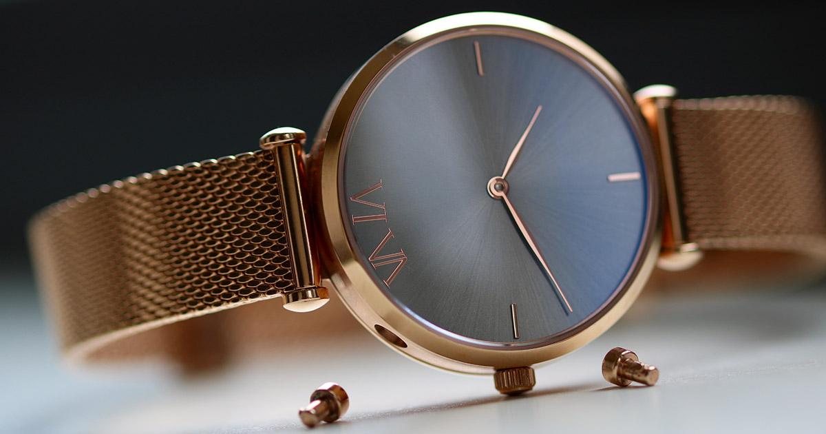 VI VA Uhr und Schmuck – anstatt der Drücker kann auch ein Schmuck-Armband befestigt werden.