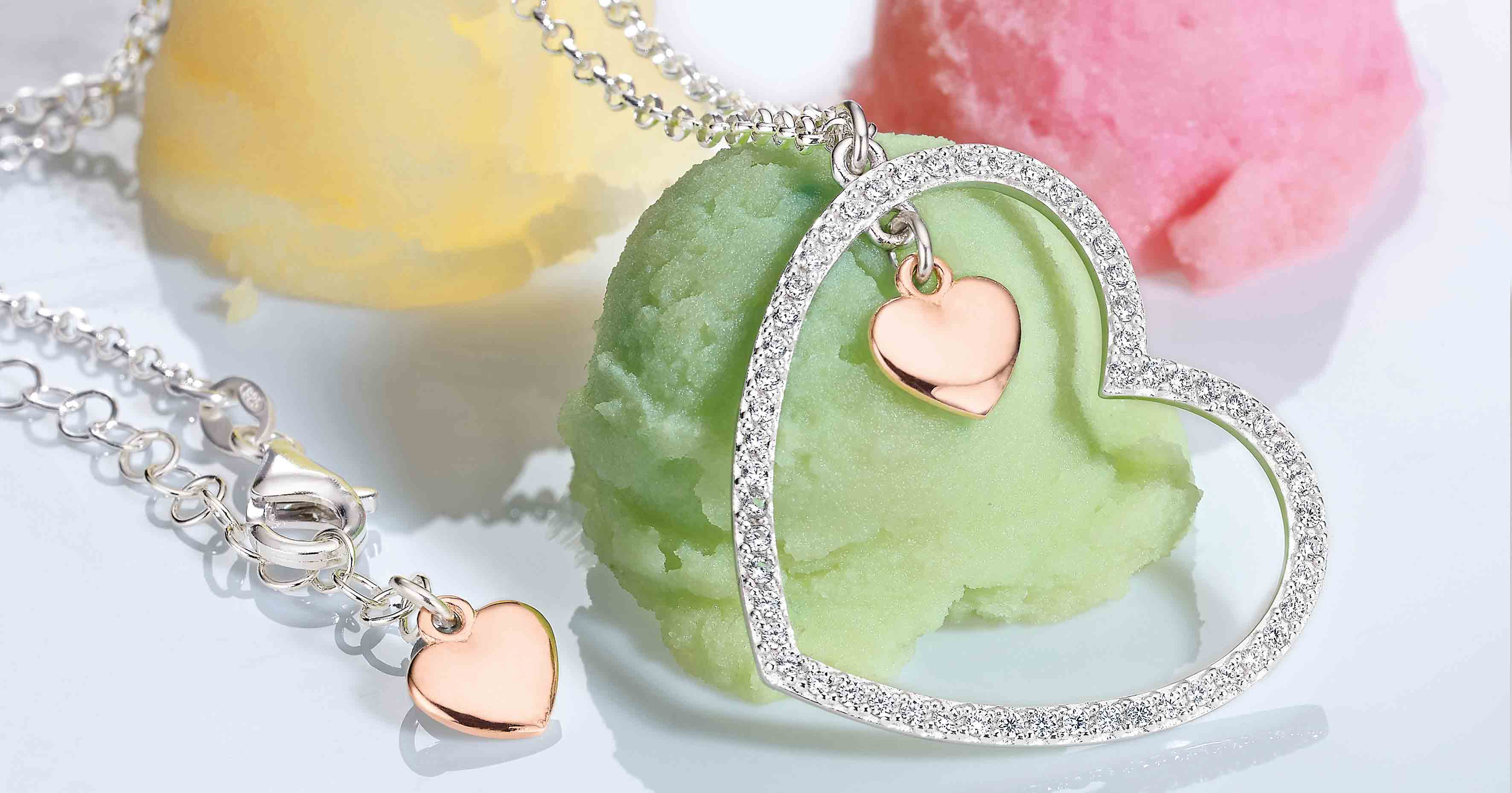 Es gibt immer einen guten Anlass: Dieses (Muttertags)Herz aus Sterling-Silber kostet 99 Euro VK.