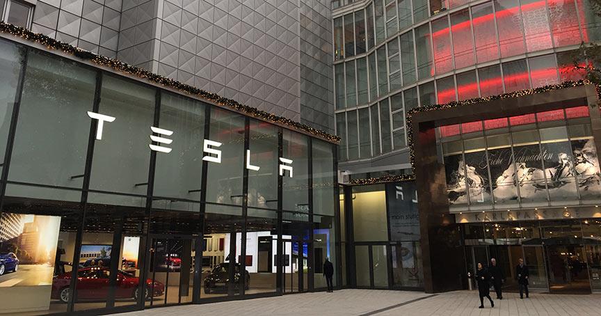 Tesla ade? Elon Musk will seine Läden (hier Stuttgart) schließen und die Autos ausschließlich online zum Kauf anbieten.