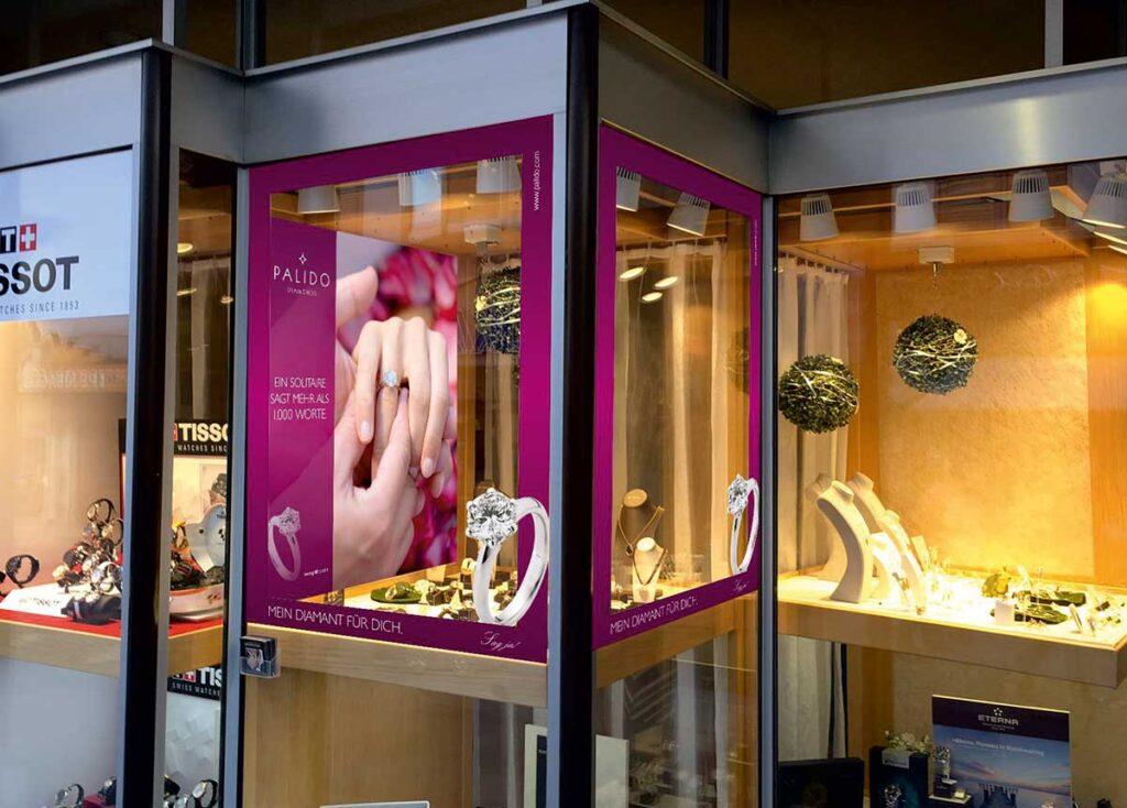 Für jedes Schaufenster gestaltet Palido nach den Wünschen des Juweliers passende Beklebungen. Der Verlobungsring als Thema bietet sich an.