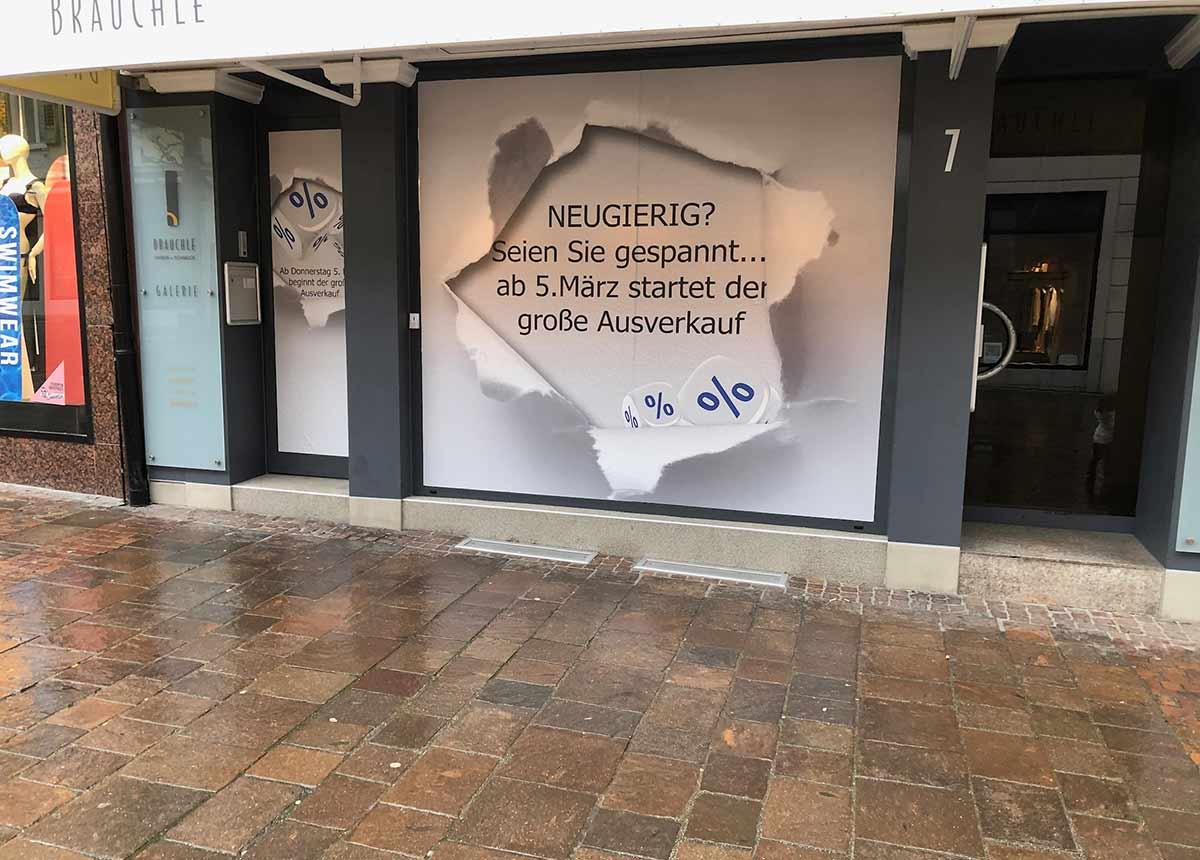 Im Vorfeld sorgte dieses Plakat im Schaufenster für Aufmerksamkeit bei den Kunden.