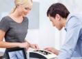 Die Beratung ist beim Verkauf von Verlobungsringen entscheidend.