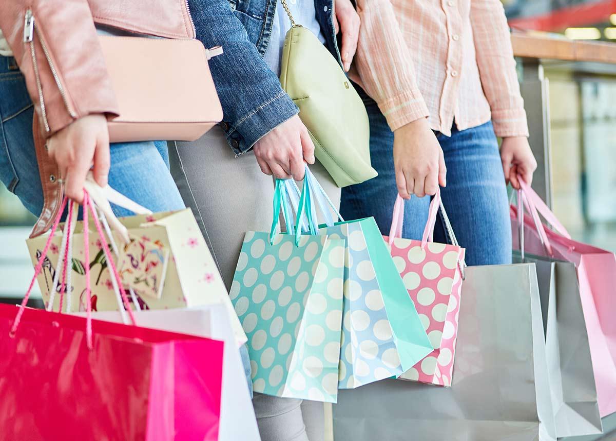 In Kauflaune sind Verbraucher weiter nicht. 43 Prozent wollen den Teil ihres Einkommens sparen, der nach den grundlegenden Ausgaben übrig bleibt. (Credit: Robert Kneschke / Shutterstock.com)