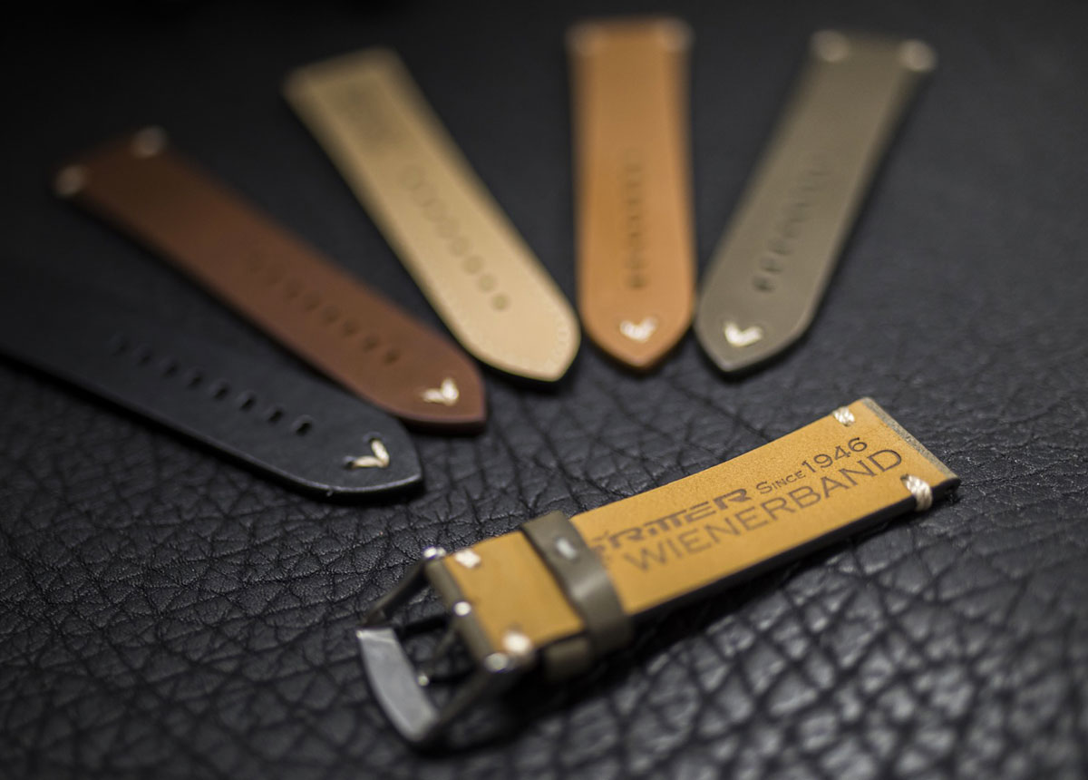 """Das bekannte """"Wiener Band seit 1946"""" wird aus geöltem Leder mit eingefärbter Kante gefertigt."""