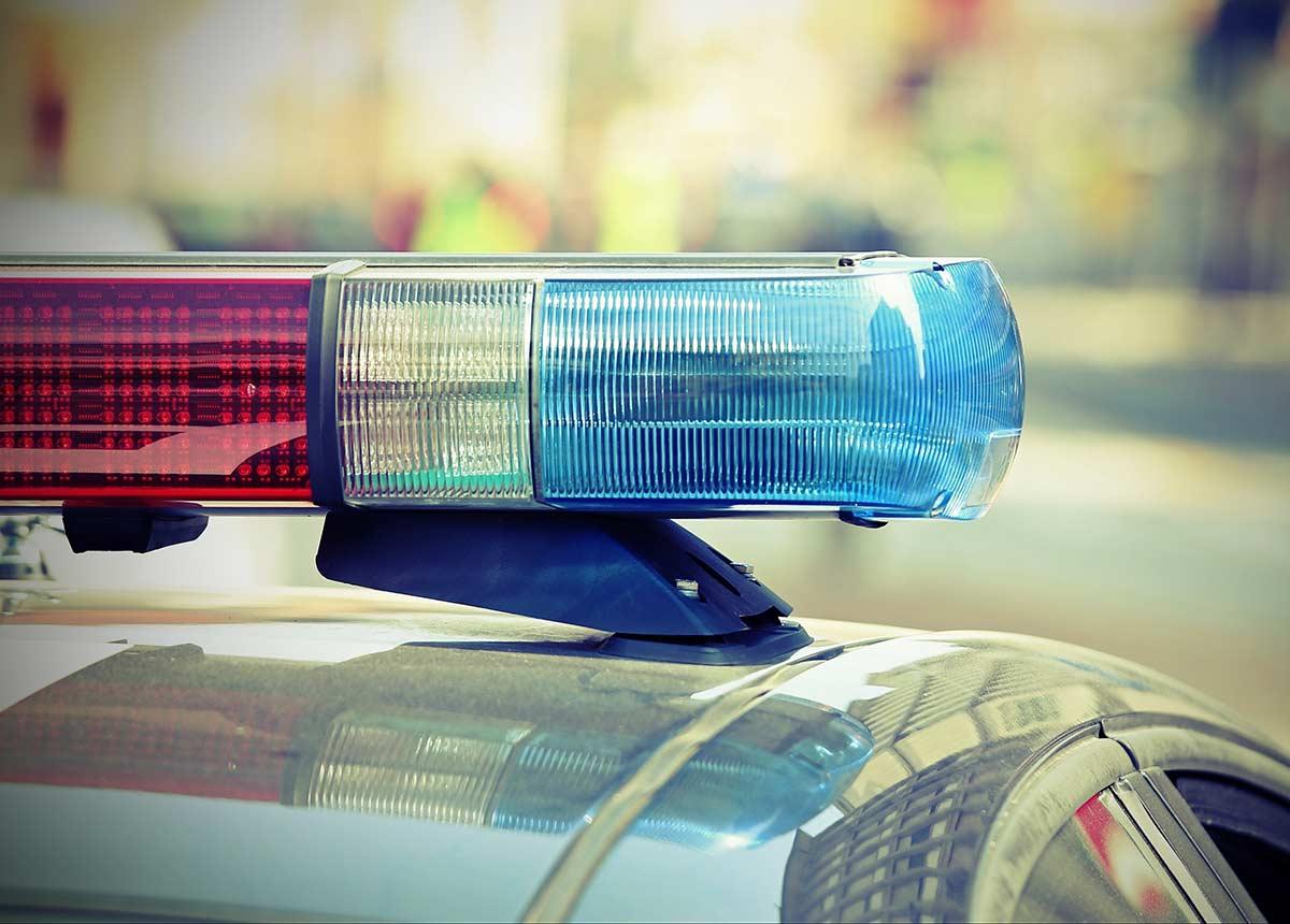 Cyberspezialisten der Polizei gelang es, die beiden Verdächtigen über ihre Geräte zu identifizieren. Festnahme! (Credit: ChiccoDodiFC / Shutterstock.com)