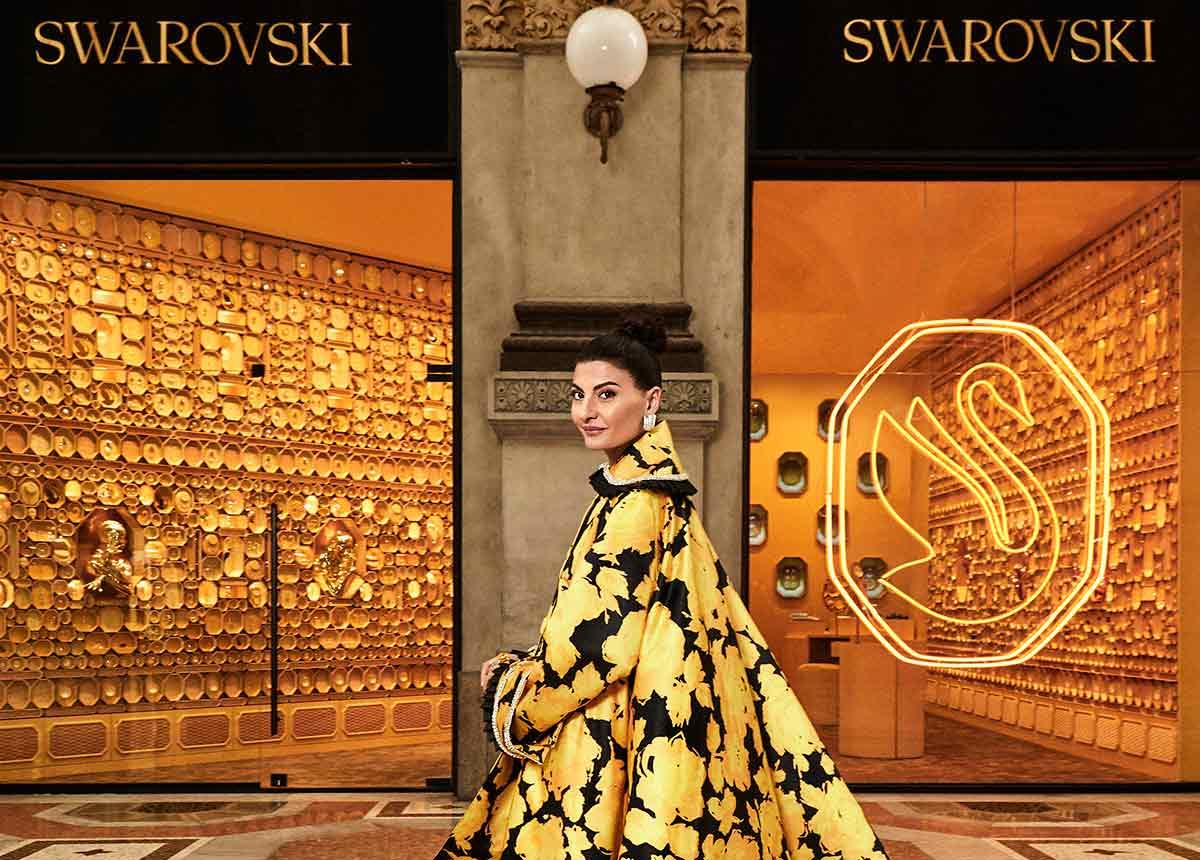 Eine tolle Erscheinung: Giovanna Engelbert vor dem Swarovski-Store in Mailand. (Credit: Lorenzo Bringheli)
