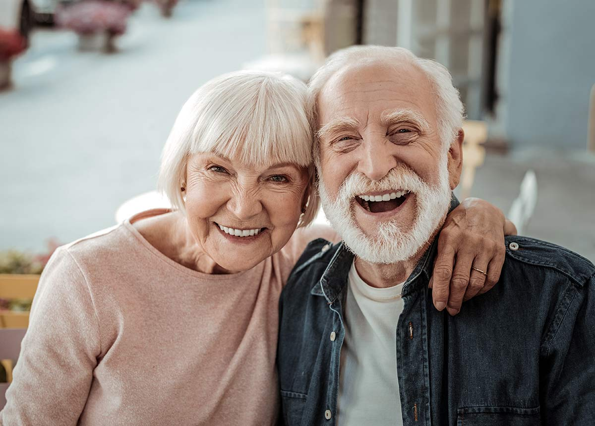 Auch Senioren kaufen immer mehr im Netz ein. (Credit: Dmytro Zinkevych / Shutterstock.com)