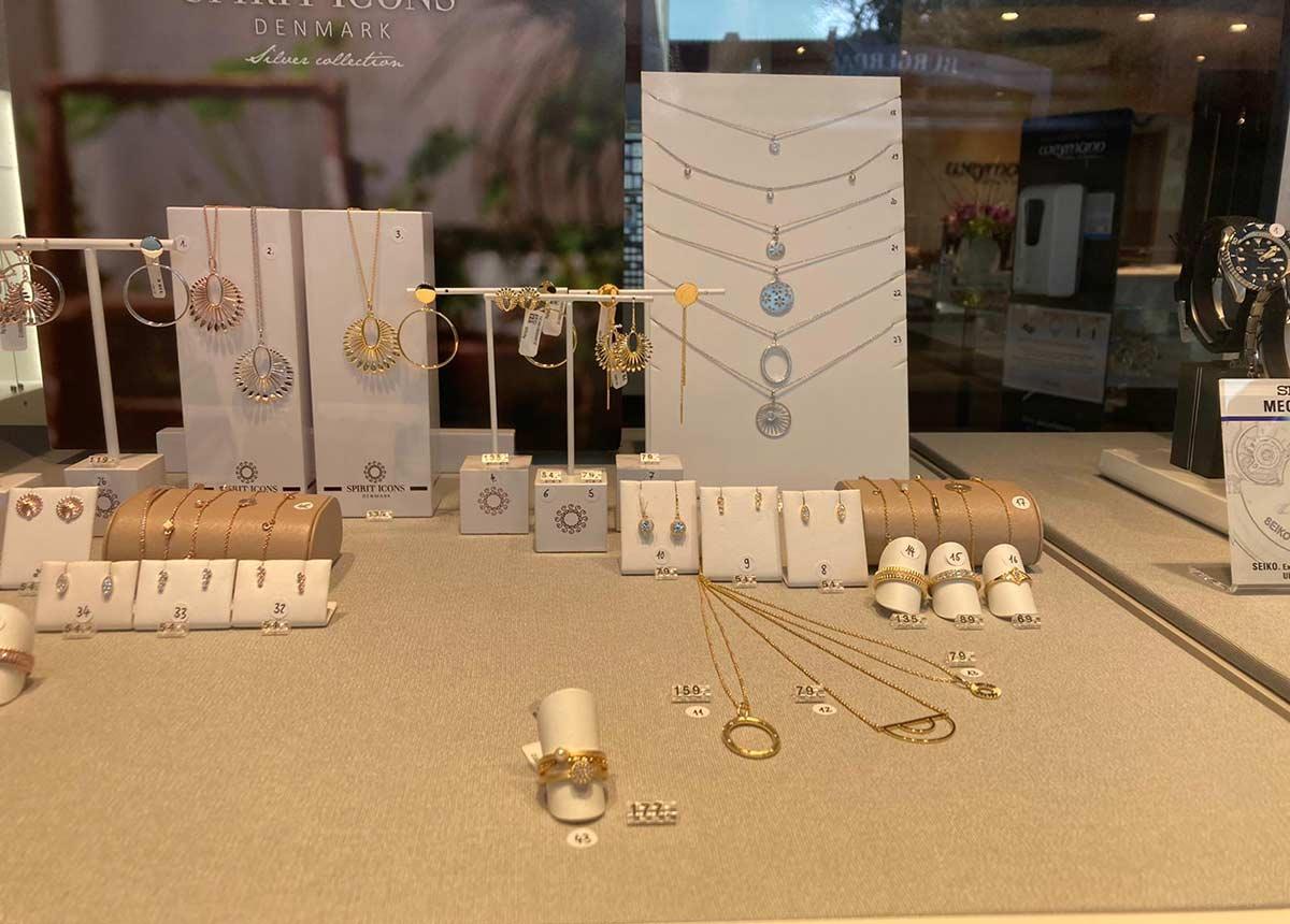 In jedem der Schaufenster von Juwelier Weymann trägt jedes Produkt eine Nummer – zur besseren Orientierung des Kunden.