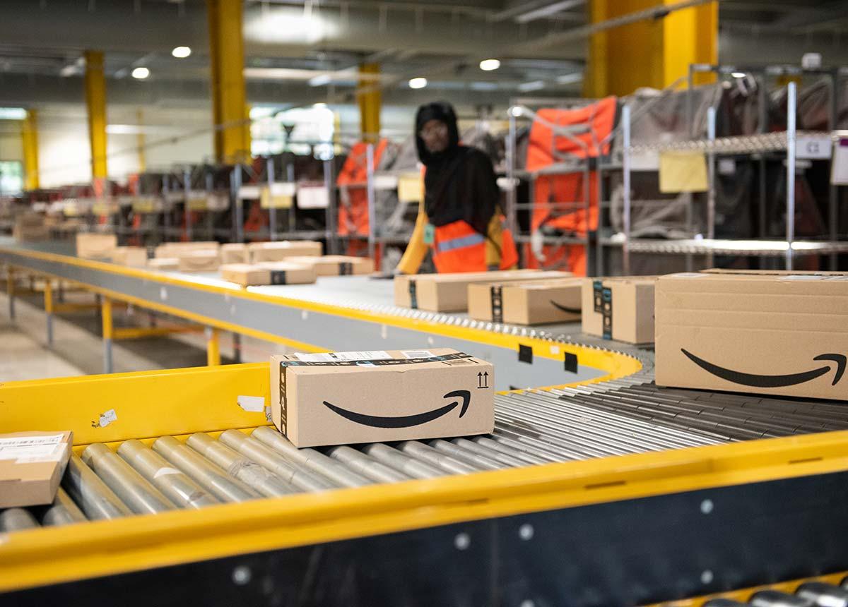 Bei Uhren und Schmuck erlässt Amazon die Retouren-Gebühren komplett. (Credit: Frederic Legrand - COMEO / Shutterstock.com)
