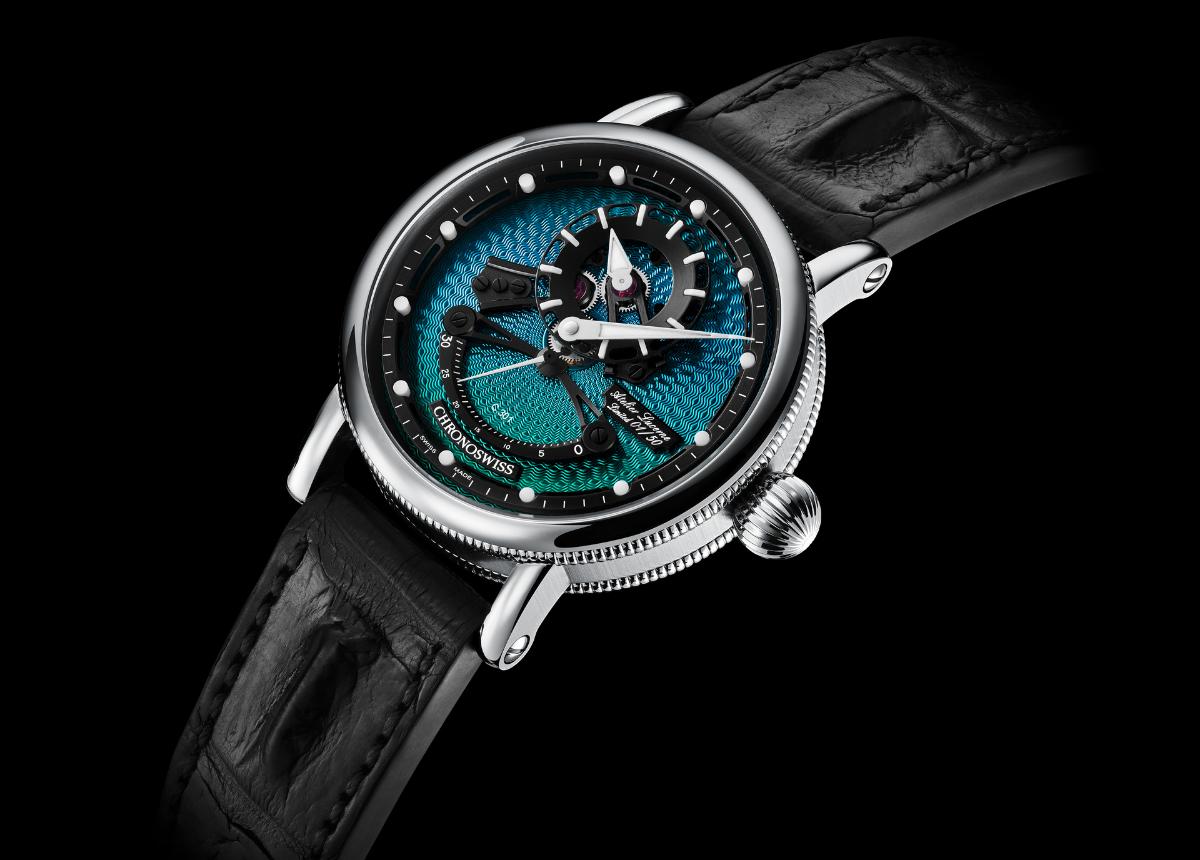 Dreht und wendet man die Uhr, dann wechselt das handgefertigte Guilloche-Zifferblatt die Farbe von Türkis über Grün, bis hin zu Blau und Violett.