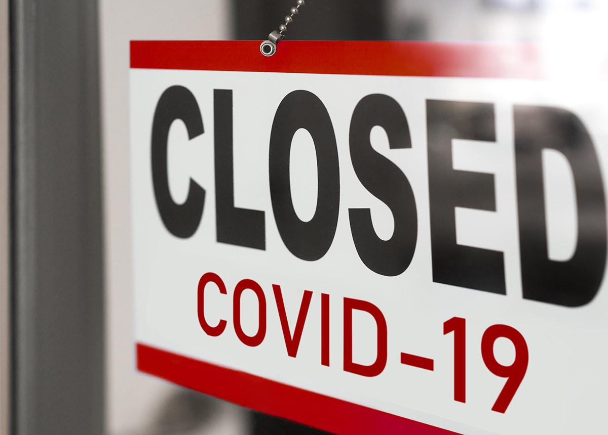 Die geschlossenen Geschäfte in den Innenstädten machten 63 % weniger Umsatz als vor zwei Jahren. (Credit: Maridav / Shutterstock.com)