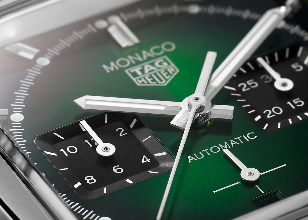 Die in limitierter Auflage verfügbare TAG Heuer Monaco Green Dial präsentiert sich in einer Farbe, die derzeit absolut im Trend liegt und bei Uhrensammlern und -liebhabern überaus beliebt ist: ein sattes Smaragdgrün.