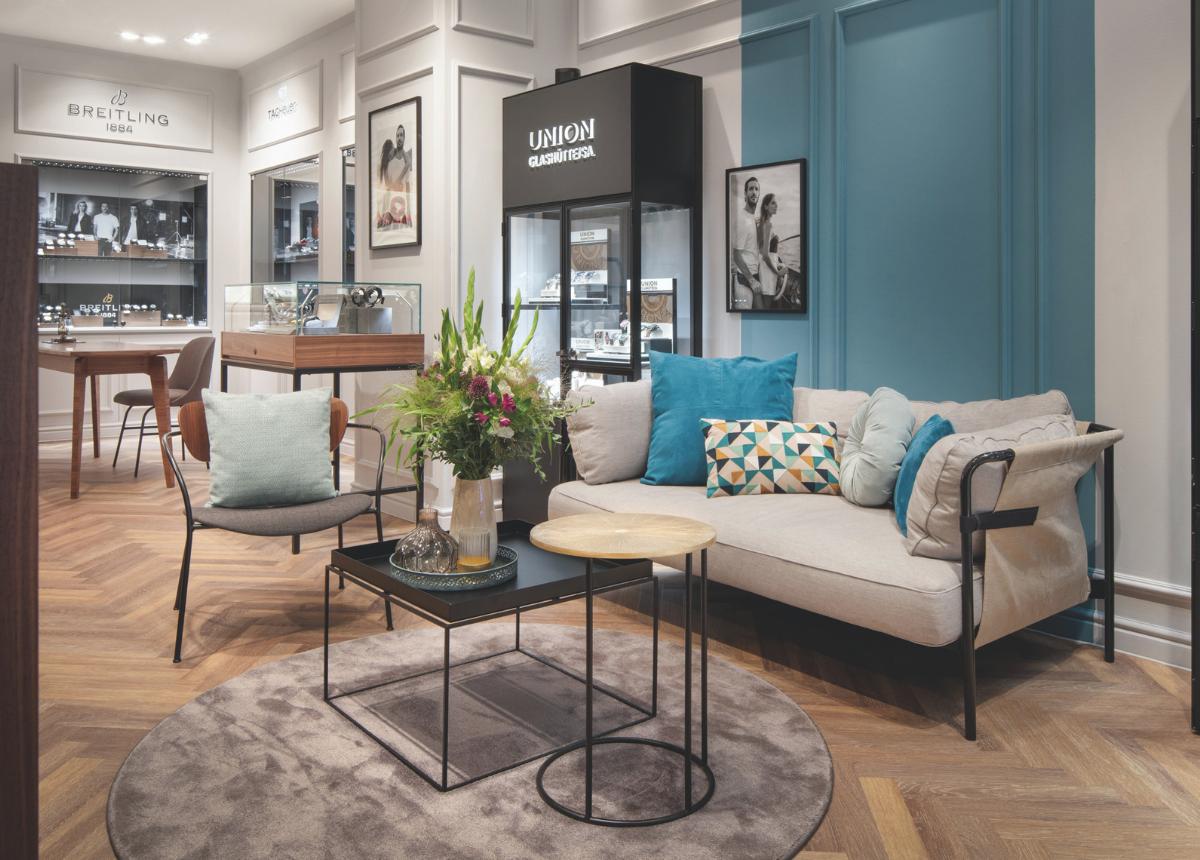 Transparent, offen und einladend mit Wohnzimmeratmosphäre – so ist die 2020 eröffnete Flagship-Boutique von Brinckmann & Lange in Leipzig. Hier sollen künftig auch viele Events stattfinden.