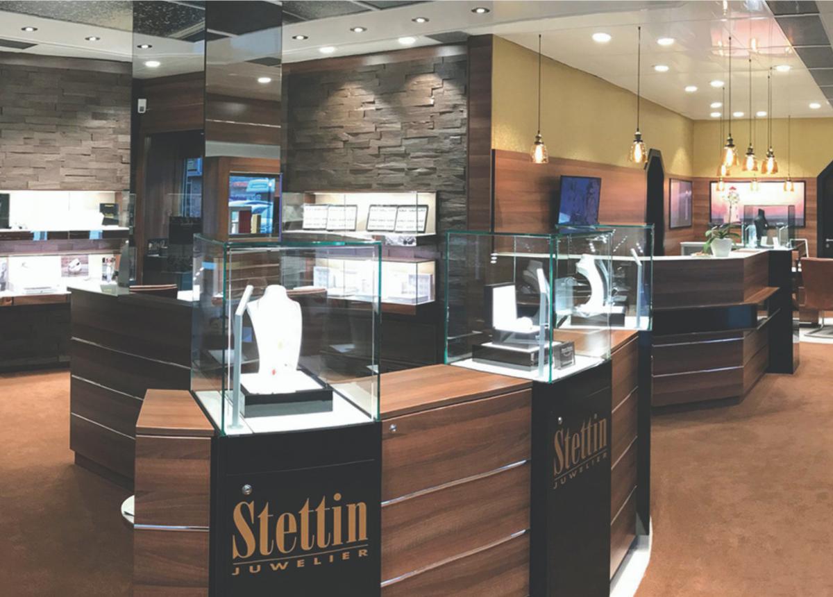 Elegantes zeitgemäßes Ambiente lädt bei Juwelier Stettin zum Verweilen ein.
