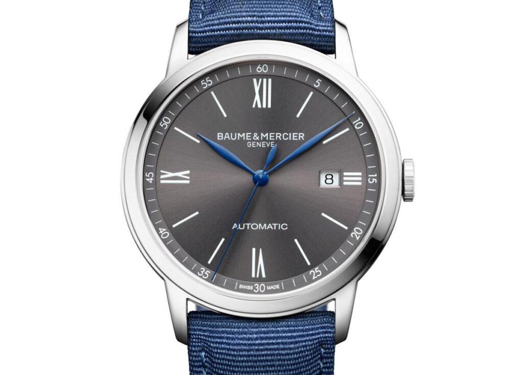 Leger und hochwertig: Die Classima 10608 mit schiefergrauem Zifferblatt, blauen Zeigern und auswechselbarem Armband aus blauem Segeltuch. Automatic, 1.800 Euro VK.