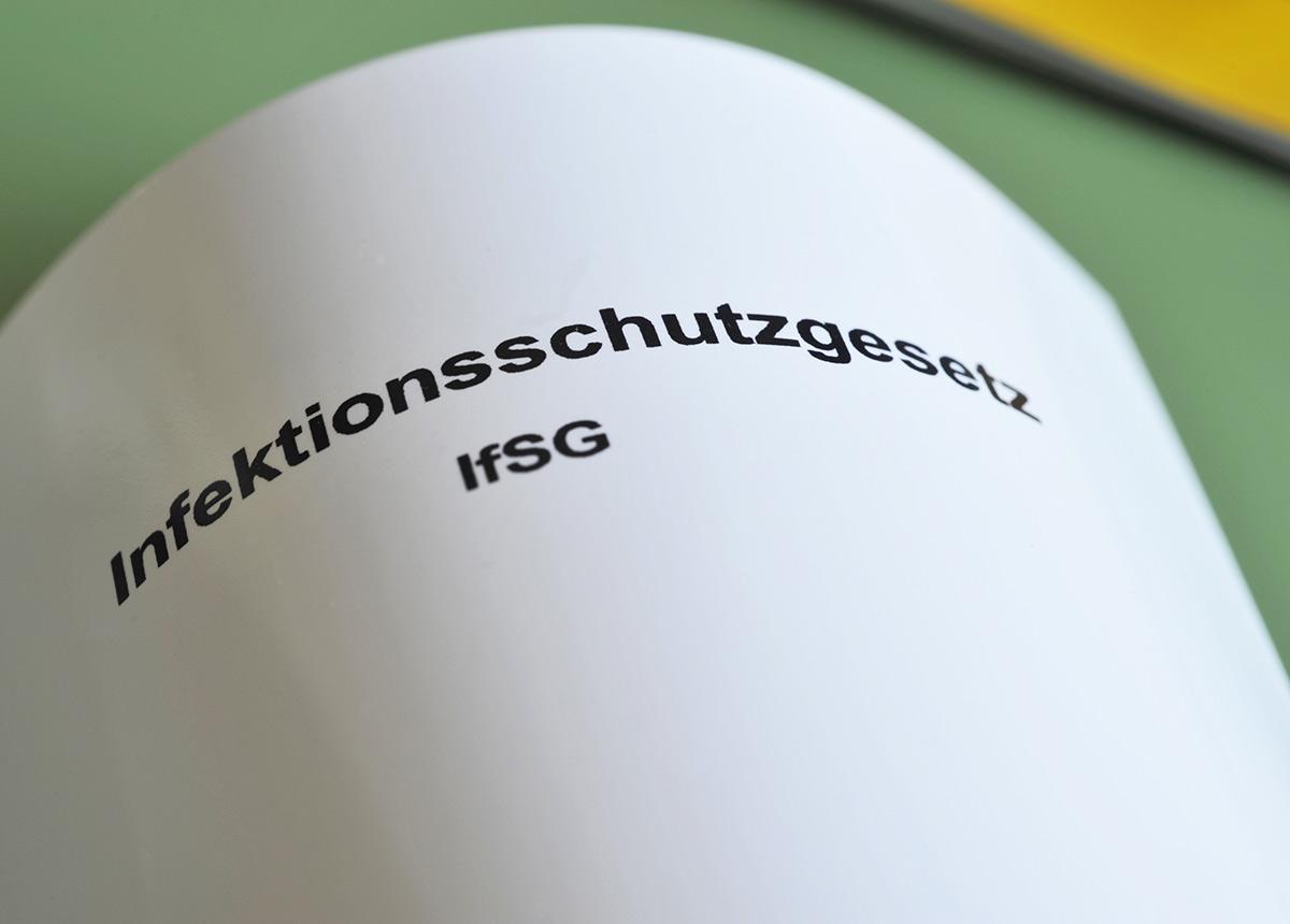Die Änderung des Infektionsschutzgesetzes – eine Händlergruppe strebt eine Verfassungs- und Schadensersatzklage an.(Credit: nitpicker / Shutterstock.com)