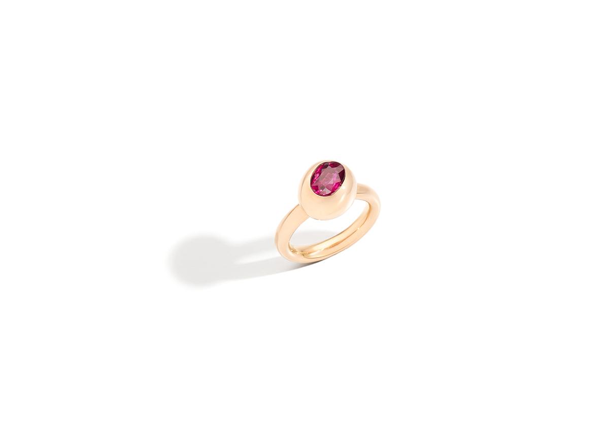 Der neue Ring ist aus Fairmined Gold, besetzt mit einem vollständig rückverfolgbaren Grönland-Rubin.