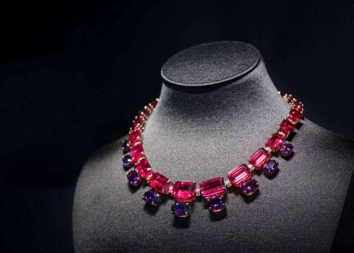 Halskette aus 18 Karat Gelbgold mit Rubelliten von insgesamt über 124 Karat, Amethysten von über 23 Karat und Diamanten.