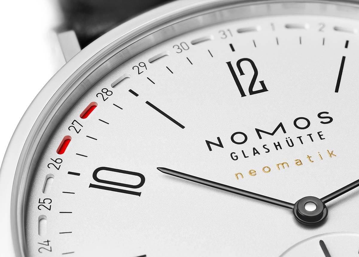 Datum mit gutem Design: Tangente Update von NOMOS Glashütte hat eine patentierte Datumsanzeige am Rand des Zifferblatts. Zwei rote Markierungen rahmen das aktuelle Datum.