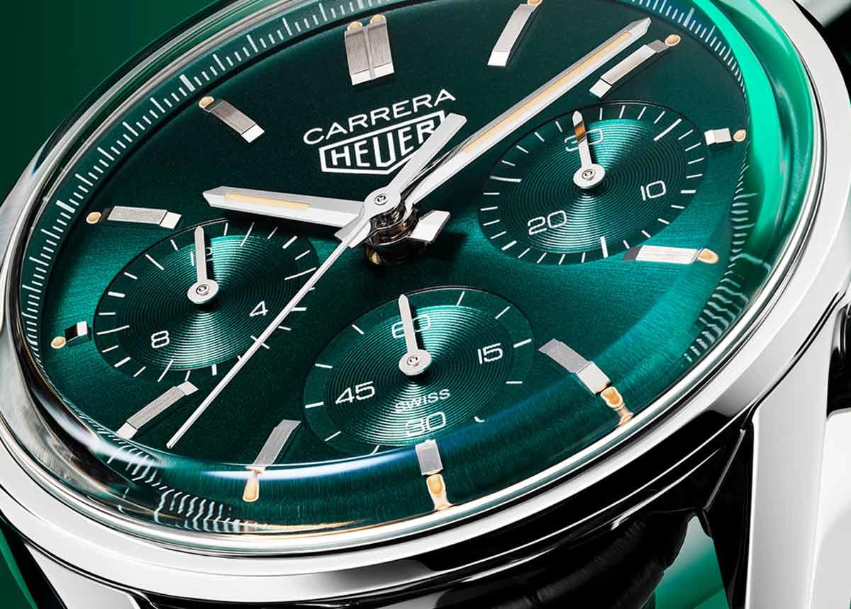 Der TAG Heuer Zeitmesser in einer brandneuen Farbe: einem tiefen Blaugrün mit intensivem Schimmer.