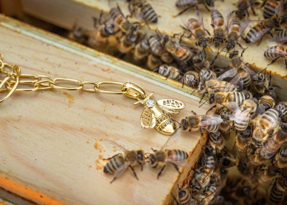 Breuning übernimmt die Patenschaft für ein Bienenfolk und hat sich zu zwei neue Bienenschmuck-Kollektionen inspirieren lassen.