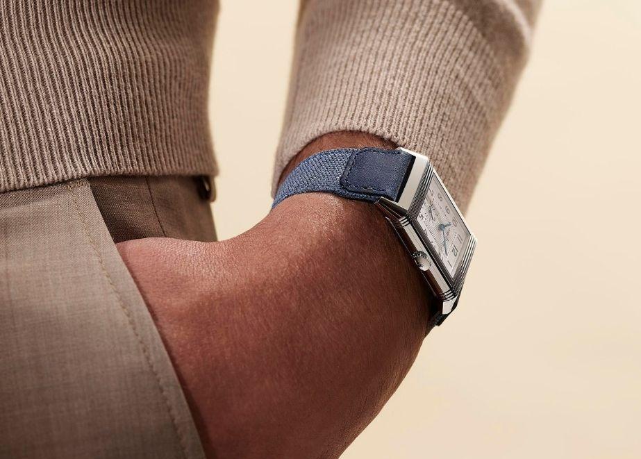 Jaeger-LeCoultre: Die Armbänder von Casa Fagliano sind in vier sommerlichen Farben erhältlich – Sand, Hellbraun, Hellblau und Mittelgrau.