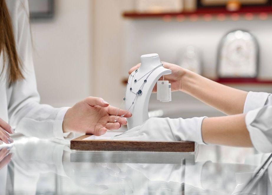 Louis Vuitton-Inhaber LVMH glaubt, dass die Zukunft des Einzelhandels hauptsächlich im Geschäft liegen wird.