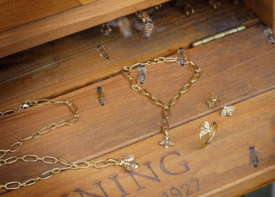 Breuning hat Bienenschmuck entworfen, beim Kauf der Produkte werden ein Bienenvolk und eine Bienenweide unterstützt.