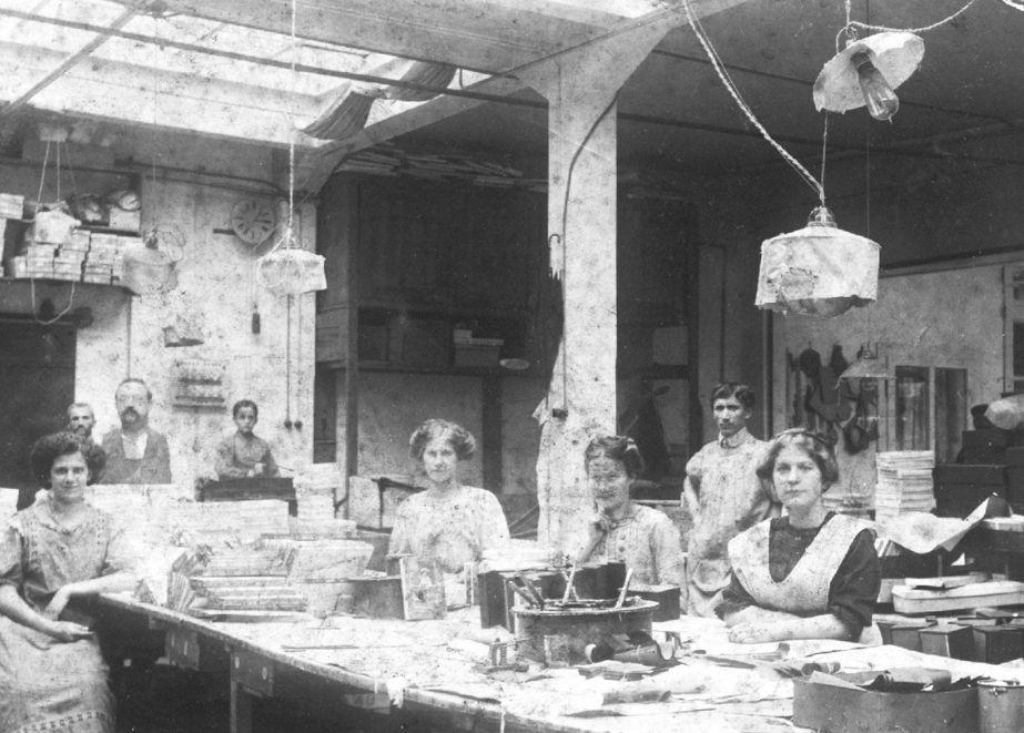 Blick ins Firmen-Archiv: Diese Aufnahme zeigt Produktions-Mitarbeiter von Dahlinger um das Jahr 1910. Seit 1871 ist Dahlinger in Lahr/Schwarzwald.
