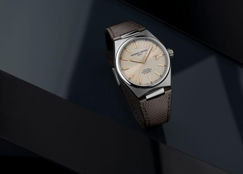 Das Armband kann schnell & einfach mit einem schokobrauenen Kautschukarmband ausgetauscht werden.