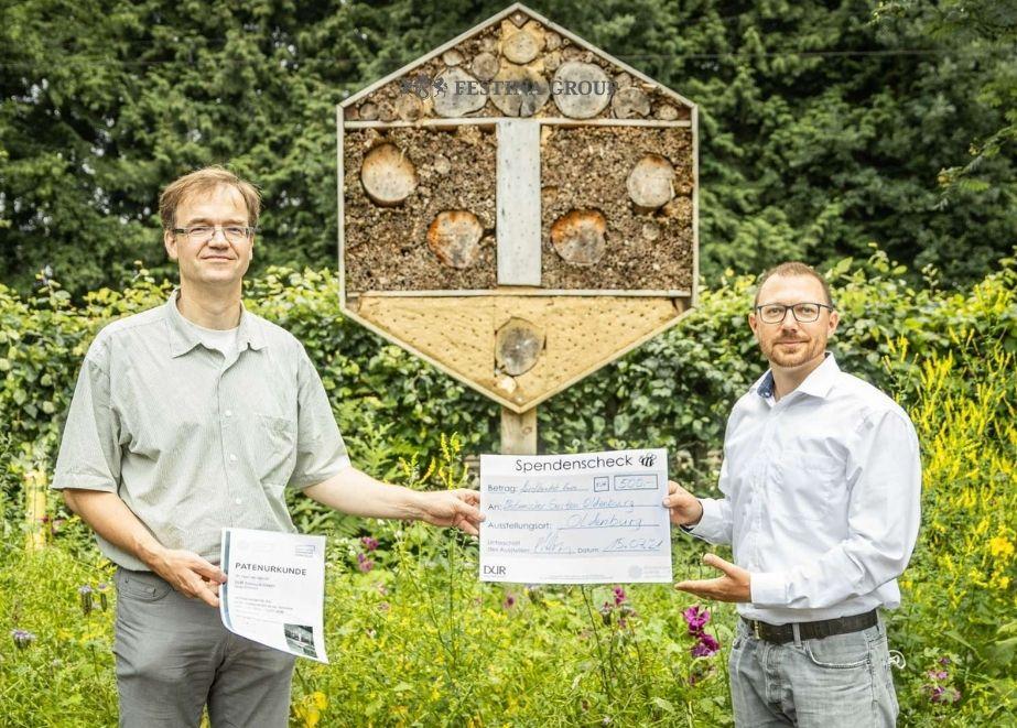 Spendenübergabe am 15.07.2021 durch Sergej Wismann (rechts im Bild) an Prof. Dr. Dirk Albach (links) vom botanischen Garten