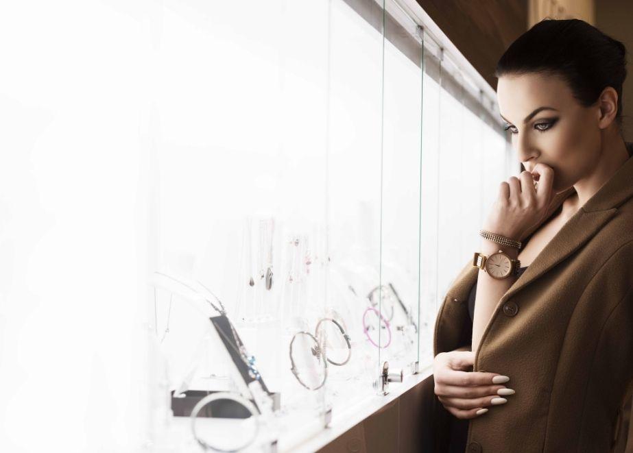Bringt das Funkeln zurück! Mit einem kombinierten Jahresumsatz von mehr als 330 Milliarden US-Dollar sind edle Schmuckstücke und hochwertige bis ultra-luxuriöse Uhren ein wichtiger Bestandteil der globalen Luxuswirtschaft.