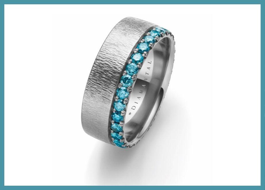 Auch auf dem Gebiet Diamanten für den Mann setzt Tantalum Trauringe gerne Trends. Das neuste Modell ist ein 9 mm breiter Ring mit Blue Ocean Diamanten.