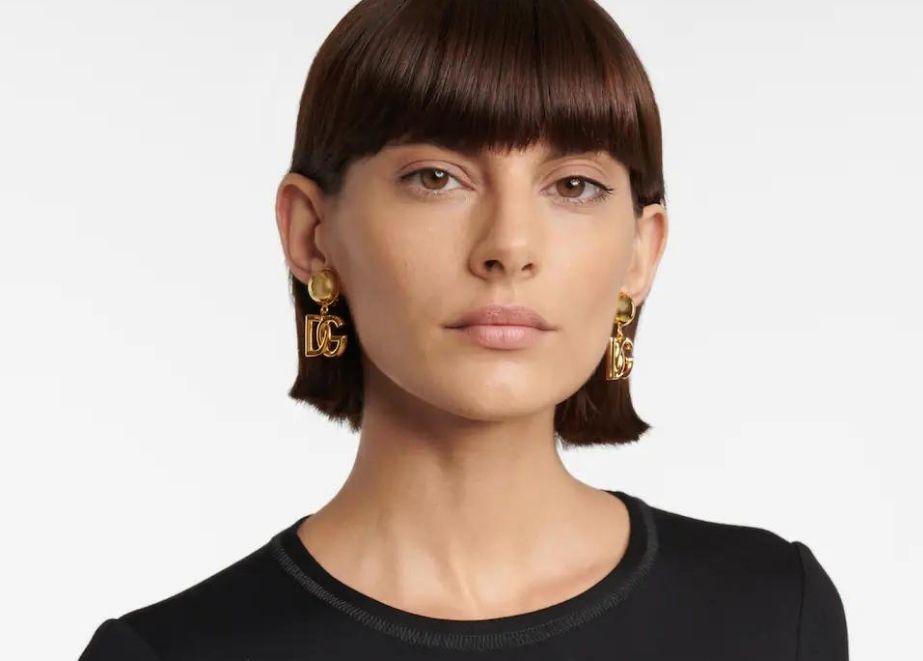 Diese Ohrringe von Dolce & Gabbana zeigen das ineinandergreifende Logo des Hauses in Form von Anhängern.